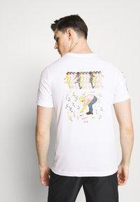 Nike Performance - DRY TEE SAVAGE - Camiseta estampada - white - 2