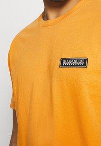 Napapijri The Tribe - PATCH UNISEX - Print T-shirt - yellow solar - 5
