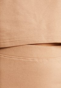Missguided - LOOPBACK COWL NECK CROP AND LOOPBACK MIDAXI SKIRT SET - Sweatshirt - camel - 5