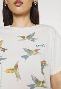 Levi's® - GRAPHIC VARSITY TEE - T-shirt imprimé - white - 4