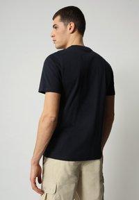 Napapijri - S-SURF FLAG - Print T-shirt - blu marine - 2