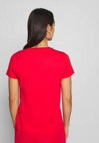 Levi's® - THE PERFECT TEE - T-shirt z nadrukiem - tomato - 2