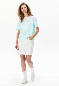 Lacoste - T-shirt z nadrukiem - turquoise / vert clair / blanc - 0