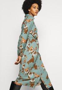Vero Moda - VMCRANE DRESS - Blousejurk - laurel wreath/small crane - 4