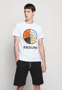 Raeburn - PARACHUTE GRAPHIC  - T-shirts print - white - 0