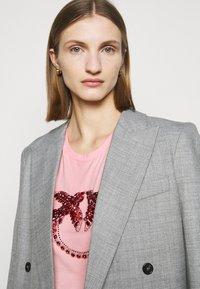 Pinko - QUENTIN - Print T-shirt - rosa - 3
