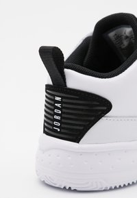 Jordan - MAX AURA 2 UNISEX - Basketball shoes - white/metallic gold/black - 5