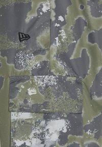 New Era - NEW ERA OUTDOOR UTILITY TRACK PANT - Fanartikel - dark green - 2