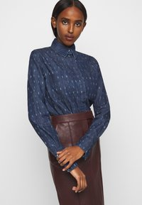 Victoria Victoria Beckham - WORD SEARCH CLASSIC - Koszula - dark blue - 3