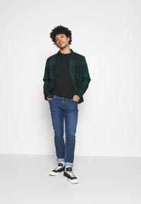 NU-IN - NU-IN X AZIZ LEM BOXY OVERSIZED  - T-shirt basique - black - 1