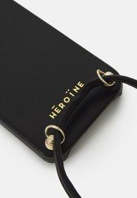 Maison Hēroïne - YUNA IPHONE 12 HANDYKETTE NECKLACE - Phone case - black - 3