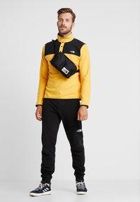 The North Face - GLACIER SNAP-NECK  - Bluza z polaru - yellow/black - 1