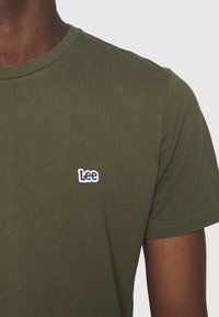 Lee - PATCH LOGO TEE - T-shirt - bas - olive green - 4