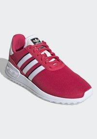 adidas Originals - LA TRAINER LITE SHOES - Sneakers laag - pink - 0