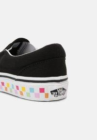 Vans - UY CLASSIC SLIP-ON - Tenisky - rainbow/black - 6