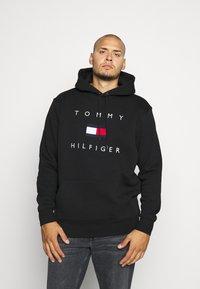 Tommy Hilfiger - FLAG HOODY - Felpa con cappuccio - black - 0