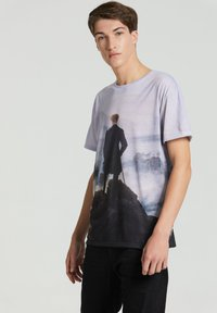 Mr. GUGU & Miss GO - WANDERER ABOVE THE SEA OF FOG - Print T-shirt - blue - 3
