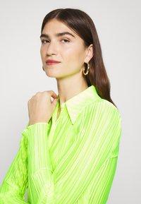 Who What Wear - PLISSE - Chemisier - acid green - 3