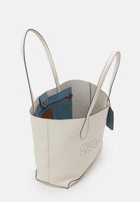 Coach - PENN TOTE - Handbag - chalk - 3