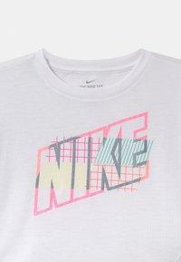 Nike Sportswear - SHORT SLEEVE DRAPEY GRAPHIC - Triko spotiskem - white - 2