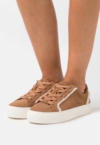UGG - ZILO HERITAGE - Sneakers laag - chestnut - 0