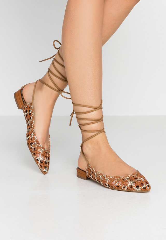 LILA ANKLE TIE WOVEN SHOE - Ballerina med reim - tan/gold