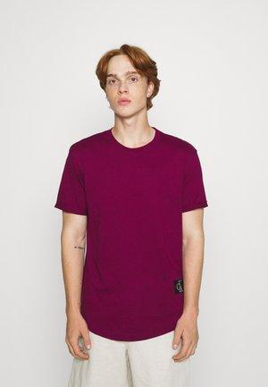 BADGE TURN UP SLEEVE - Basic T-shirt - purple