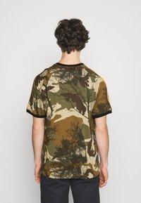adidas Originals - CAMO TEE - T-shirt imprimé - hemp/brooxi/eargrn/ - 2