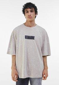Bershka - T-shirt med print - beige - 0