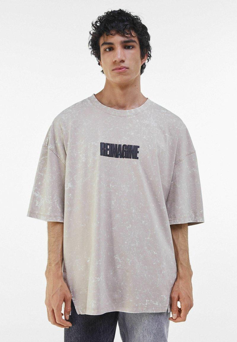 Bershka - T-shirt med print - beige