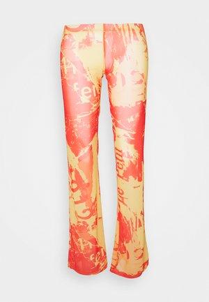 BOOTCUT TROUSER TONAL MAGAZINE PRINT - Pantaloni - orange/yellow