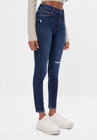 Bershka - MIT HOHEM BUND  - Jeans Skinny Fit - blue-black denim - 0