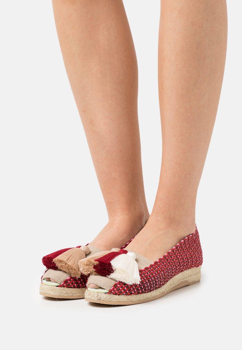 Casa de Vera - IXORA  - Wedge sandals - blanco/rojo/beige