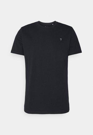 ALDER BADGE TEE - T-shirt - bas - total eclipse