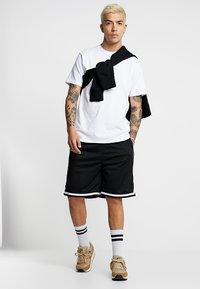 Urban Classics - PREMIUM STRIPES - Shorts - black - 1