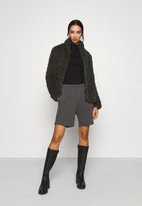 Vero Moda - VMBARRYTIFFANY  SHORT JACKET - Winter jacket - peat - 1