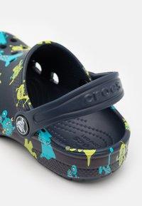 Crocs - CLASSIC MONSTER PRINT - Pantofle - navy - 5