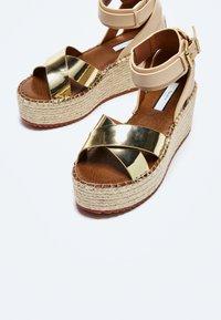 Pepe Jeans - WITNEY COLLAR - Platform sandals - gold - 3
