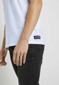 TOM TAILOR DENIM - Basic T-shirt - white - 3