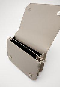 Pieces - PCGLAM CROSS BODY D2D - Handbag - whitecap gray - 4