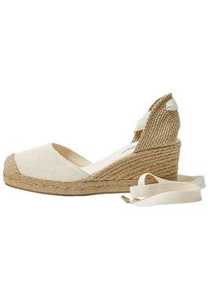 KEILABSATZSCHUHE MIT BEIGER SCHLEIFE 11511540 - Wedge sandals - beige