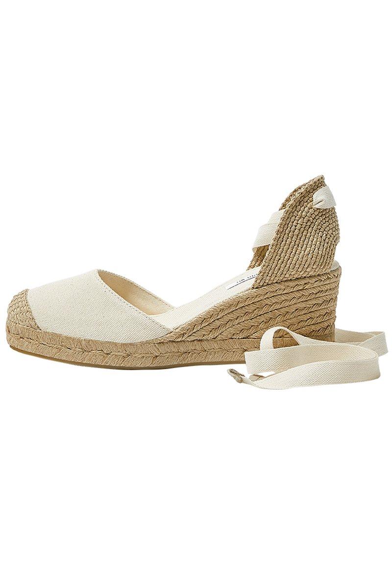 PULL&BEAR - KEILABSATZSCHUHE MIT BEIGER SCHLEIFE 11511540 - Sandalen met sleehak - beige
