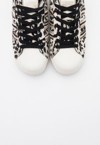 adidas Originals - SUPERSTAR SPORTS INSPIRED  - Joggesko - core black/offwhite/gold metallic - 3