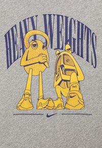 Nike Performance - TEE - T-shirts med print - dark grey heather - 2