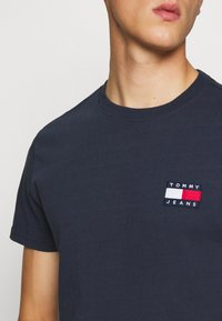 Tommy Jeans - BADGE TEE - Basic T-shirt - twilight navy - 5