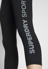 Superdry - TRAINING ESSENTIAL CAPRI - Legginsy - black - 4
