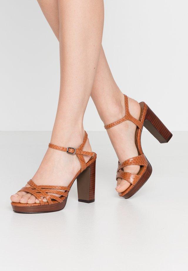 Sandály na vysokém podpatku - tan