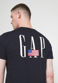 GAP - LOGO FLAG - Print T-shirt - new classic navy - 4