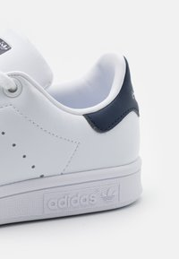 adidas Originals - SUSTAINABLE STAN SMITH UNISEX - Baskets basses - footwear white/collegiate navy - 5