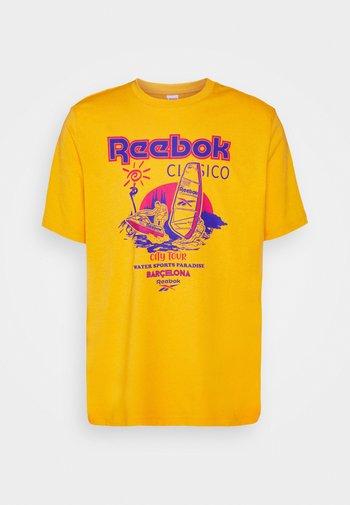 SOUVENIR TEE - T-shirt imprimé - fierce gold
